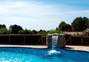 Vistas de la piscina con espacio de solarium