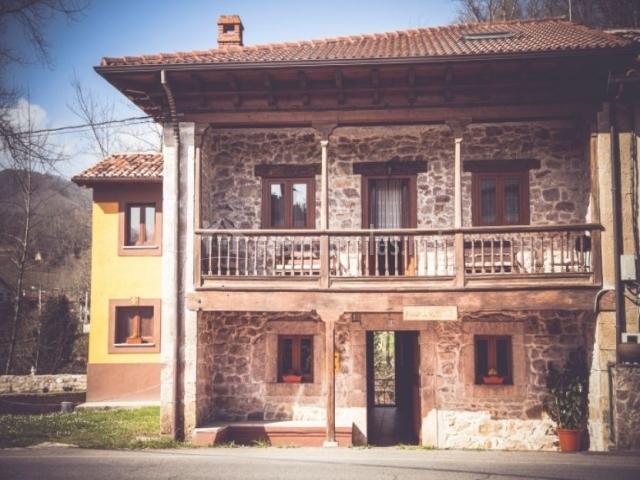 Acceso a la casa con vistas de la fachada en piedra
