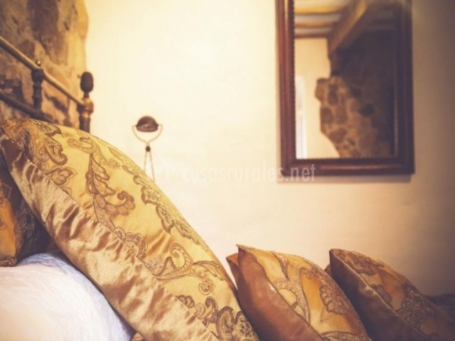 Dormitorio de matrimonio con cabeceros y cojines7