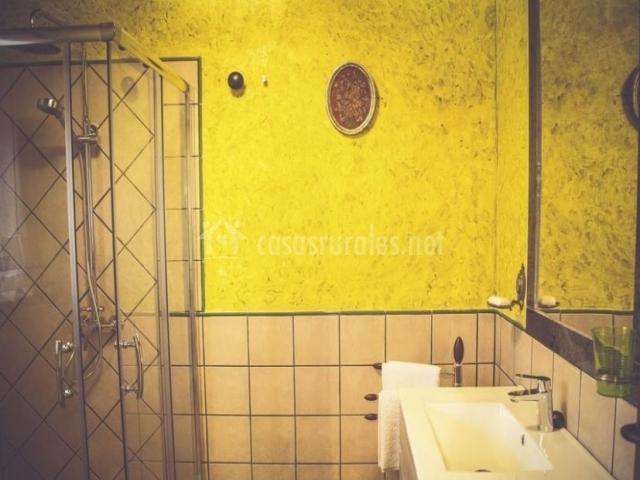 Dormitorio doble con salida y aseo en amarillo