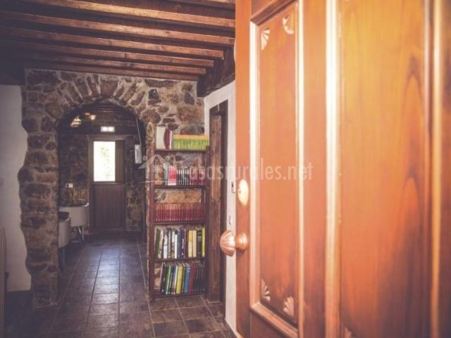 Entrada a la casa con ambiente tradicional
