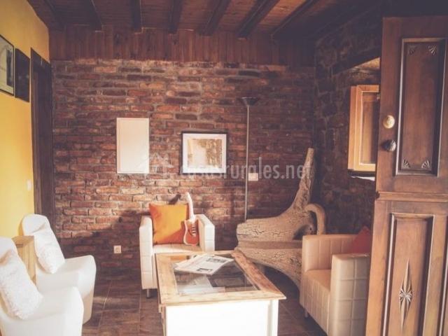 Sala de estar con sillones en blanco a la entrada