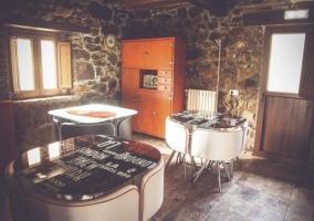 Comedor de la casa con varias mesas
