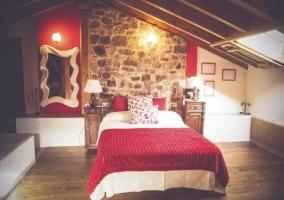 Dormitorio abuhardillado con manta roja