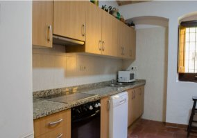 Cocina con armarios en madera y ventanas