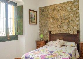 Dormitorio de matrimonio con frontal de piedra