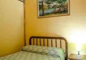 Dormitorio de matrimonio y una mesilla en madera