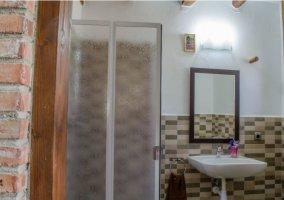 Dormitorio y su aseo con ducha
