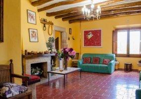 Sala de estar con chimenea en el frente y sillones en verde
