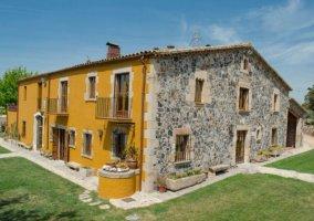 Vistas de la casa con fachada en piedra