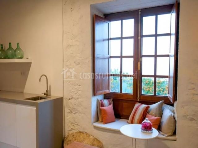 Cocina y una ventana con cojines