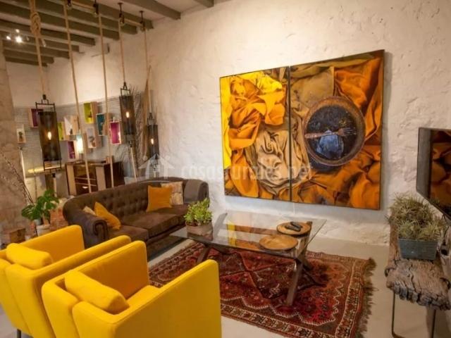 Sala de estar con sillones en amarillo