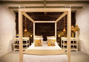 Dormitorio de matrimonio con estructura de madera lacada