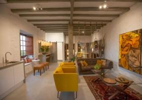 Sala de estar amplia con detalles amarillos