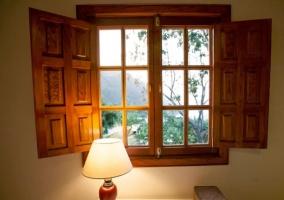 Dormitorio con mesilla y ventana