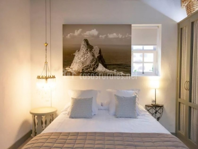 Dormitorio de matrimonio en blanco y gris