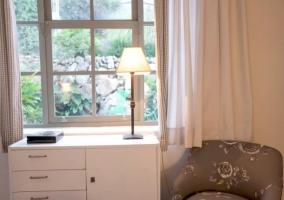 Dormitorio de matrimonio en blanco y sillones en gris