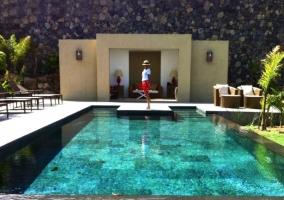 Vistas de la piscina infinita y la casa