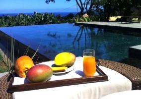 Vistas de la zona de la piscina con desayuno