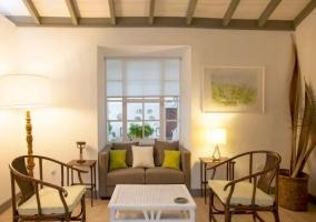 Sala de estar con mesa en color blanco y sillas