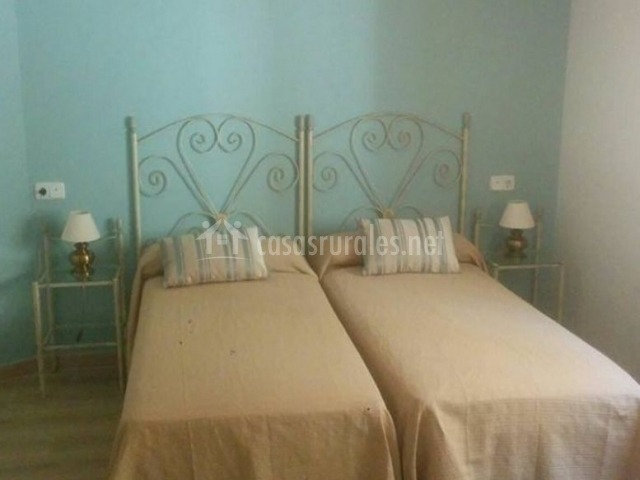 Dormitorio doble con colchas en color tostado