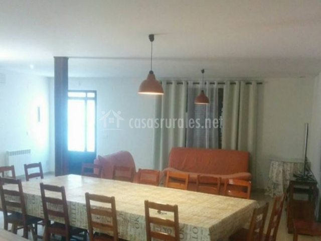 Sala de estar y comedor con sillones en color naranja