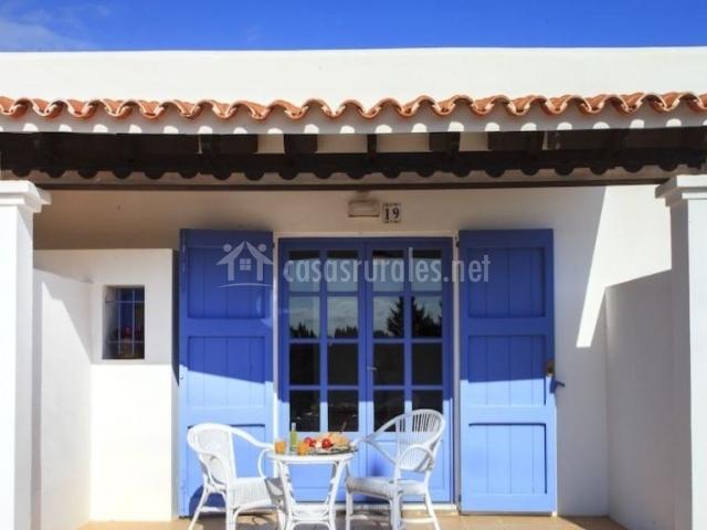 Amplio porche con puertas azules