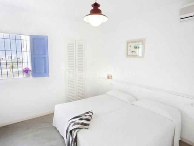 Dormitorio doble con ventana y aire acondicionado