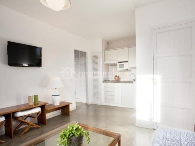 Sala de estar en blancos azules y madera