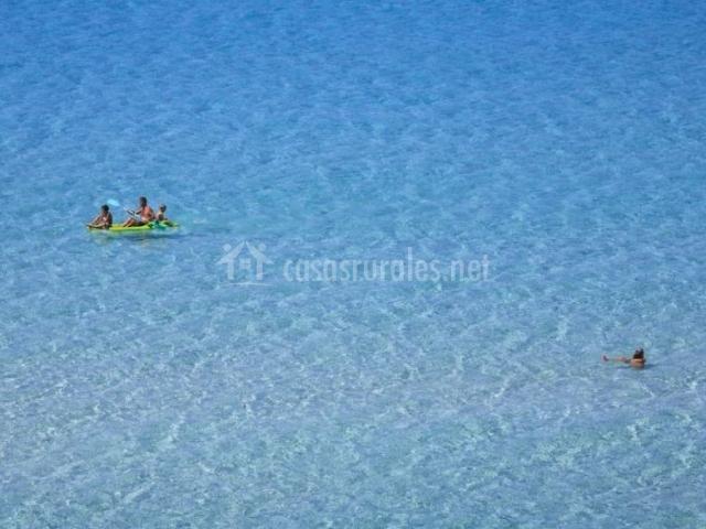 Zona de playas en el entorno con agua cristalina