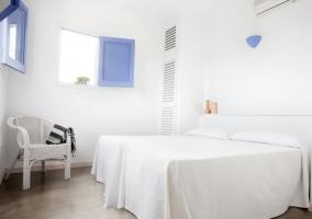 Dormitorio doble en un impoluto blanco y con ventanas