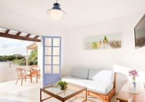 Sala de estar amplia con salida directa al porche