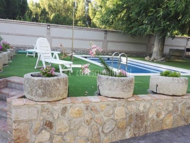 Vistas de la piscina en el exterior de la finca