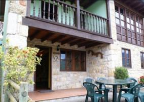 Acceso a la casa con fachada en piedra y buenas vistas