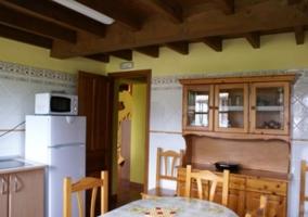 Sala de estar de la casa con techos de madera y vigas