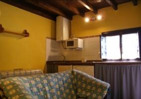 Sala de estar con sillones y paredes en amarillo