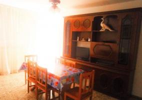 Sala de estar con la mesa junto a los sillones