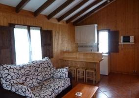 Salón-comedor de la cabaña de madera