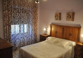 Dormitorio de matrimonio con cabecero y mesillas a juego