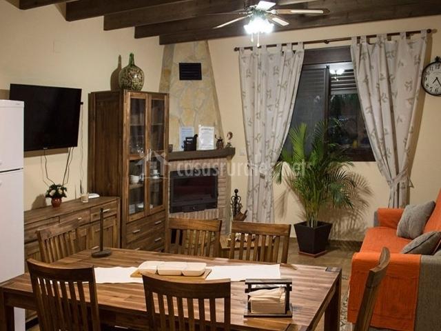 Sala de estar con la chimenea amplia