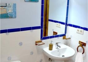 Aseo en azul y blanco con toallas
