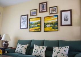 Sala de estar con sillones en verde