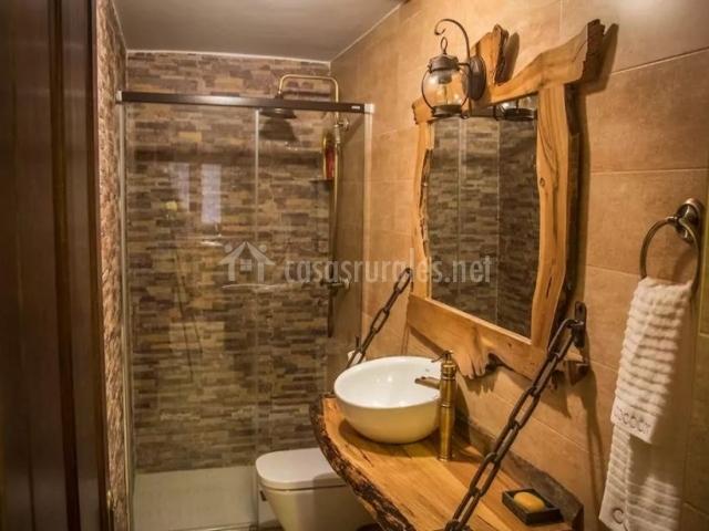 Aseo de la casa con ducha y encimera de madera