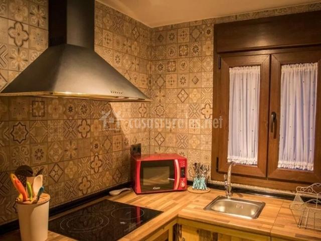 Cocina de la casa con encimera de madera y vitro