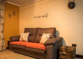 Sala de estar con sillones marrones