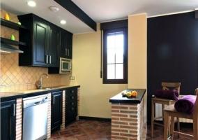 Sala de estar y comedor con paredes en color morado