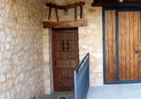 Acceso a la vivienda con puerta en madera