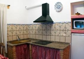Cocina de la casa en L con detalles en rojo