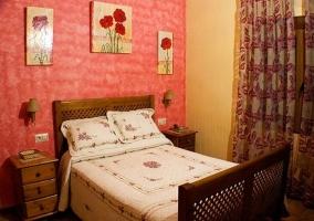 Dormitorio de matrimonio con estructura de madera y ventanal