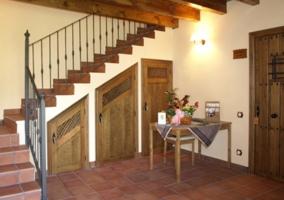 Dormitorio de matrimonio con su aseo integrado y estructura en madera
